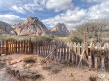 Valla de estacas de madera raquítica vieja en un paisaje árido foto de archivo libre de regalías