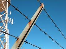 Valla de seguridad con la torre de agua Foto de archivo