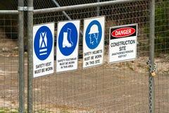 Valla de seguridad de la construcción con las muestras Imagen de archivo libre de regalías