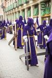 VALLADOLID - APRIL, 02: Nazaräer mit hölzernem Kreuz während des H Stockbilder