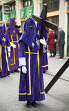 VALLADOLID - APRIL, 02: Nazaräer mit hölzernem Kreuz während Ho Lizenzfreie Stockfotos