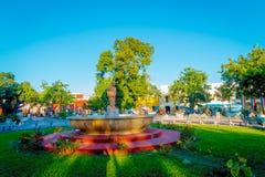 VALLADOLID, MÉXICO - 12 DE NOVEMBRO DE 2017: Povos não identificados que andam no parque da cidade de Valladolid de Iucatão em Mé fotos de stock