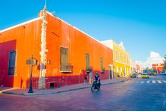 VALLADOLID, MÉXICO - 12 DE NOVIEMBRE DE 2017: Vista al aire libre del edificios coloridos en una calle mexicana Centro de ciudad  Imagen de archivo libre de regalías