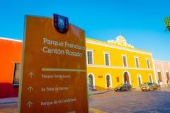 VALLADOLID MEXICO - NOVEMBER 12, 2017: Det informativa tecknet av francisco parkerar att omge av färgrika byggnader i a Arkivfoto