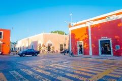 VALLADOLID, MEXICO - NOVEMBER 12, 2017: Niet geïdentificeerde mensen die in de straten van de kleurrijke stad van Valladolid lope Royalty-vrije Stock Afbeeldingen