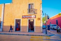 VALLADOLID MEXICO - NOVEMBER 12, 2017: Oidentifierat folk som går på det fria av färgrika byggnader i en mexikan Royaltyfria Bilder