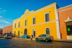 VALLADOLID, MEXICO - NOVEMBER 12, 2017: Openluchtmening van kleurrijke gebouwen in een Mexicaanse straat De stadscentrum van Vall Royalty-vrije Stock Fotografie