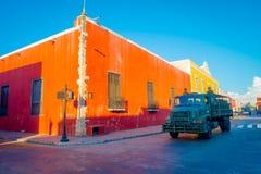 VALLADOLID MEXICO - NOVEMBER 12, 2017: Utomhus- sikt av en militär lastbil omkring av färgrika byggnader i en mexikan Royaltyfri Bild