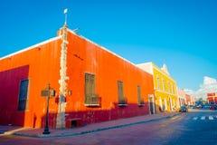 VALLADOLID MEXICO - NOVEMBER 12, 2017: Utomhus- sikt av färgrika byggnader i en mexicansk gata Valladolid centrum Royaltyfri Bild