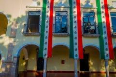 VALLADOLID, MEXIKO - 12. NOVEMBER 2017: Ansicht im Freien eines Gebäudes mit einer mexikanischen Flagge, die in der Fassade in a  Lizenzfreies Stockbild