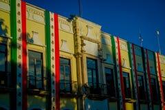 VALLADOLID, MEXIKO - 12. NOVEMBER 2017: Ansicht im Freien eines Gebäudes mit einer mexikanischen Flagge, die in der Fassade in a  Stockbild