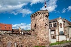 Vallar i den Obernai stadmitten, Alsace vinrutt, Frankrike royaltyfria foton