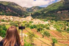 Valldemossa beautifuls straten Weergeven van de kerk in het stadscentrum stock foto's