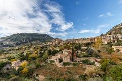 Valldemossa i höst, en pittoresk bergby i Mallorca Arkivbild