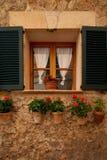 Valldemossa Palma de Mallorca July 07, 2017: Gammal europeisk gata som dekoreras med nya blommor Royaltyfria Foton