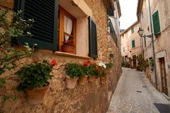 Valldemossa Palma de Mallorca July 07, 2017: Gammal europeisk gata som dekoreras med nya blommor Arkivbilder