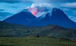 Valle ad una manifestazione spettacolare alla notte - penisola di Kamchatka del vulcano fotografia stock libera da diritti