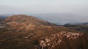 Valle alla cima della catena di montagna contenuta il tramonto immagine stock