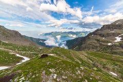 Valle alpina d'ardore al tramonto da sopra Fotografia Stock Libera da Diritti