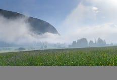 Valle alpino en la niebla de la mañana, sobre el lago Bohinj Imagen de archivo