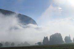 Valle alpino en la niebla de la mañana, sobre el lago Bohinj Imágenes de archivo libres de regalías