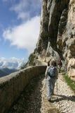 Valle alpino más bajo francés con los caminante foto de archivo libre de regalías