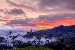 Valle andino en la puesta del sol, Suramérica Imagenes de archivo