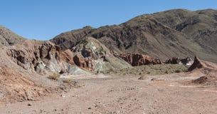 Valle Valle Arcoiris dell'arcobaleno, nel deserto di Atacama nel Cile Le rocce ricche minerali delle montagne di Domeyko danno la Fotografie Stock