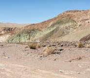 Valle Valle Arcoiris dell'arcobaleno, nel deserto di Atacama nel Cile Le rocce ricche minerali delle montagne di Domeyko danno la Immagine Stock