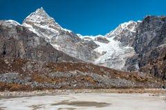 Valle asciutta del deserto ed alti picchi in montagne del Nepal Fotografia Stock