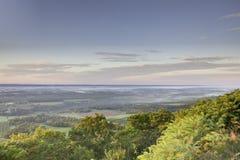Valle brumoso de la mañana Imagenes de archivo