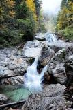 Valle con il corso d'acqua e cascate in autunno Immagini Stock Libere da Diritti