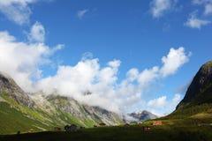 Valle con il villaggio circondato con le alte montagne Immagine Stock Libera da Diritti