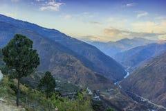 Valle con la cordillera en el backgorund Bhután Foto de archivo libre de regalías