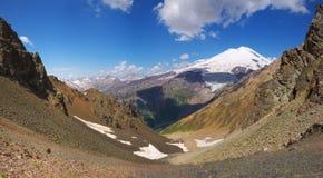 Valle con la grande montagna Fotografia Stock