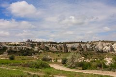 Valle con las chimeneas de hadas en Cappadocia imagen de archivo libre de regalías