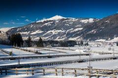 Valle con le barriere al piede della montagna in alpi austriache Fotografia Stock
