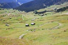Valle con le case nelle alpi della dolomia Fotografia Stock Libera da Diritti