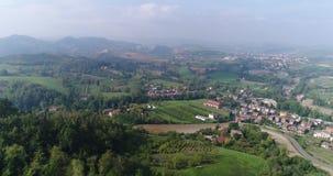 Valle con los viñedos, viñedos, un vídeo aéreo sugestivo sobre viñedos en un paisaje toscano asombroso, panorama almacen de metraje de vídeo