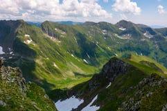 Valle con nieve en montañas del verano Fotografía de archivo