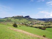 Valle con Vysny Kubin en verano foto de archivo