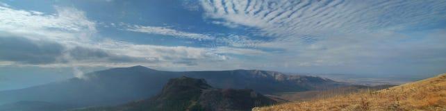 Valle crimeo de las montañas con el cloudscape y las colinas Imagenes de archivo