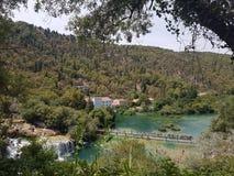Valle croata hermoso con un racimo de cascadas Fotografía de archivo