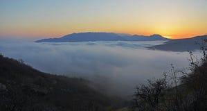 Valle cubierto con la niebla imagen de archivo libre de regalías