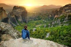 Valle d'esplorazione turistica femminile di Meteora, una formazione rocciosa in Grecia centrale che ospita uno di più grandi comp immagine stock libera da diritti