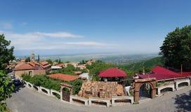 Valle de Alazani Las regiones vitícolas de Georgia Viejos fortalecimientos en Sighnaghi el capital de la región Kakheti del vino  fotos de archivo