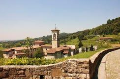 Valle de Astino y monasterio antiguo en Italia Foto de archivo libre de regalías