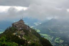 Valle de desatención de Kehlsteinhaus debajo del cielo nublado Imagen de archivo libre de regalías