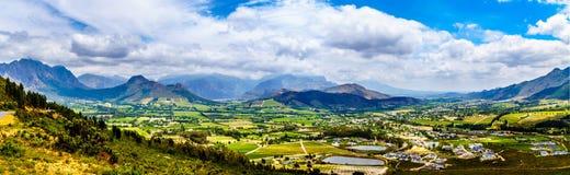 Valle de Franschhoek en la provincia de Western Cape de Suráfrica con sus numerosos viñedos que son parte del cabo Winelands imagen de archivo