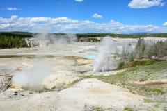 Valle de géiseres en el parque nacional de Yellowstone, Wyoming, los E.E.U.U. Imagen de archivo